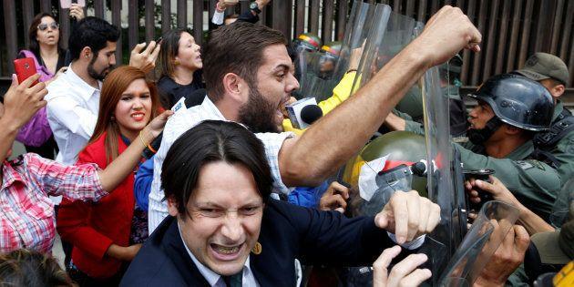 Diputados opositores chocan contra uniformados a las puertas de la Asamblea