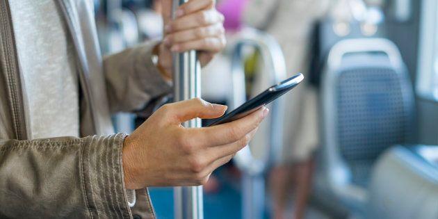 Una mujer usa el móvil en un autobús, en una imagen de