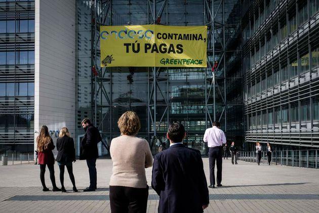30/03/2017. Sede de Endesa. Madrid, España. Activistas han comenzado una protesta simultánea en las...