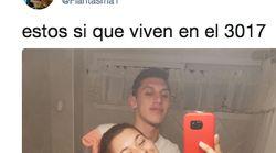 Esta foto de una pareja en un baño se ha convertido en viral por el detalle que aparece tras