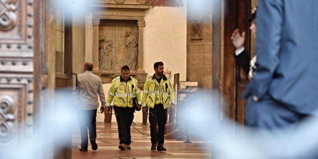 Efectivos sanitarios permanecen en el interior de la basílica de Santa Croce, tras el accidente en el...