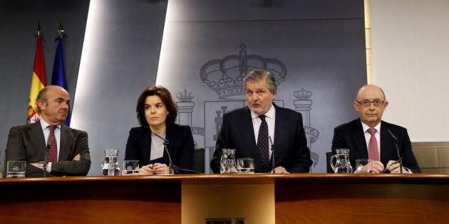 Los ministros de Economía y Hacienda flanquean a la vicepresidenta del Gobierno y al ministro portavoz...