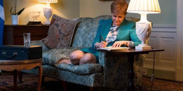 La ministra principal, Nicola Sturgeon, firma la carta para pedir un segundo