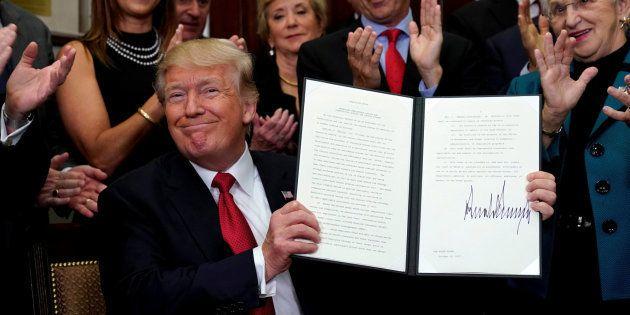 Imagen de archivo del presidente de EEUU, Donald Trump, firmando una orden