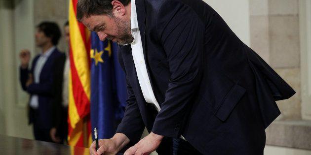 El vicepresidente de la Generalitat, Oriol Junqueras, el pasado 10 de octubre, firmando la declaración...