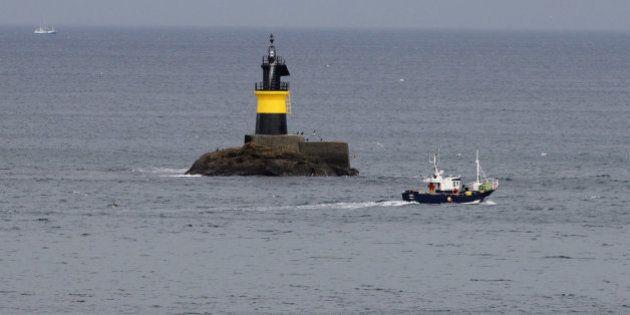 Rescatados los 12 tripulantes del pesquero hundido en la costa de