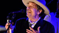 Esta es probablemente la única foto que verás de Bob Dylan cerca del Nobel de