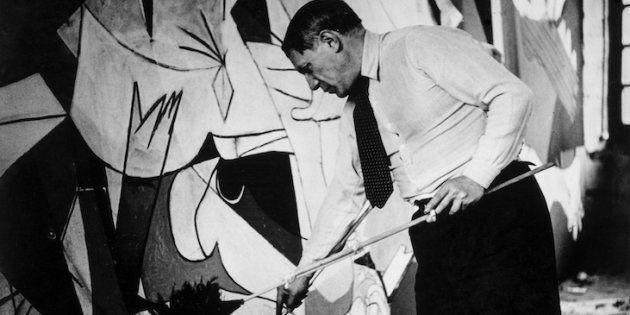Picasso trabajando en el 'Guernica' en su taller de Grands-Augustins. París,