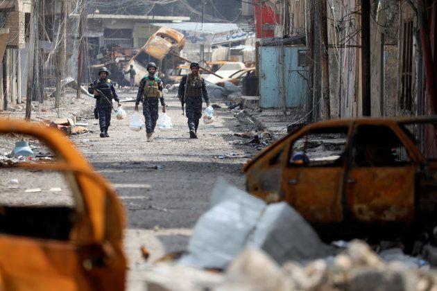 Soldados iraquíes, con bolsas de avituallamiento, por las calles de