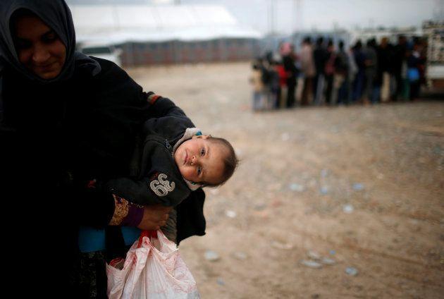 Una refugiada de Mosul y su bebé, en el cercano campo de refugiados de Hammam
