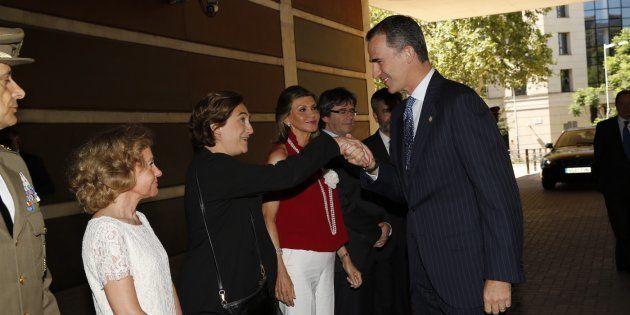 El rey saluda a la alcaldesa Colau en una entrega de Reales Despachos a nuevos jueces, en julio de