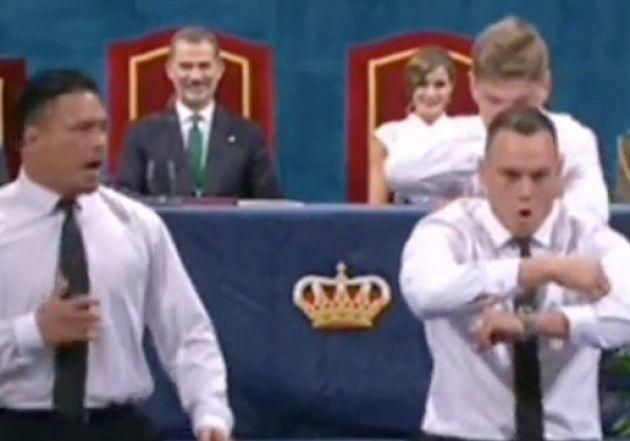 Las caras de los reyes Felipe VI y Letizia durante el baile de los All Black en los Princesa de Asturias