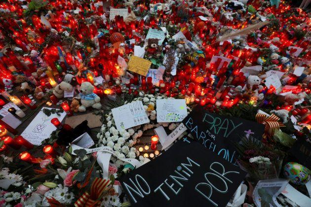 Velas, peluches, flores y mensajes en homenaje de las víctimas del atentado de Barcelona del pasado agosto,...