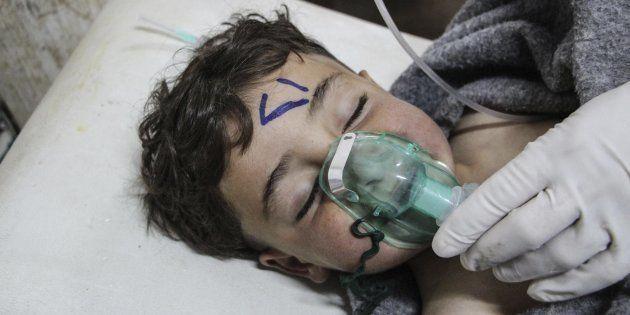 Un niño recibe tratamiento médico tras el supuesto ataque con armas químicas en Jan Shijún, en el sur...
