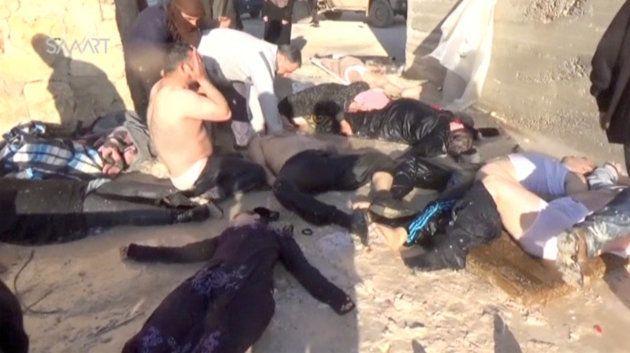 Varios de los civiles atacados supuestamente con armas químicas, atendidos por sus familias y vecinos...