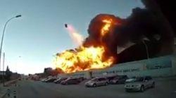 Así se libraron los bomberos del impacto de un depósito en el incendio de