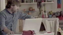 Jordi Évole hace de canguro de Ferreras en el nuevo y genial anuncio de