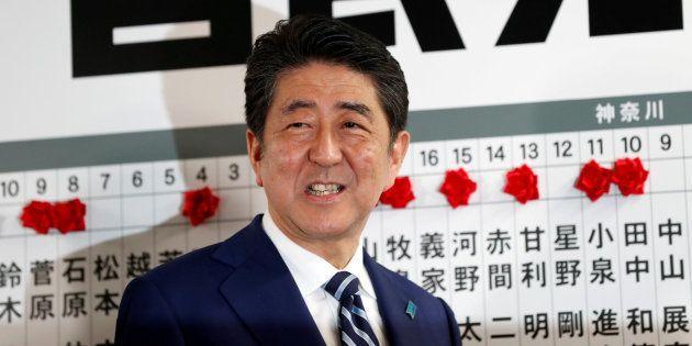 El primer ministro japónes, Shinzo Abe, sonríe tras su