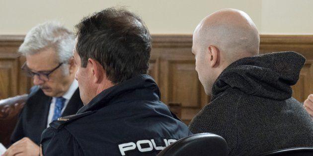 El acusado de asesinato, Sergio Morate (derecha), durante la vista oral del juicio que se celebra en...