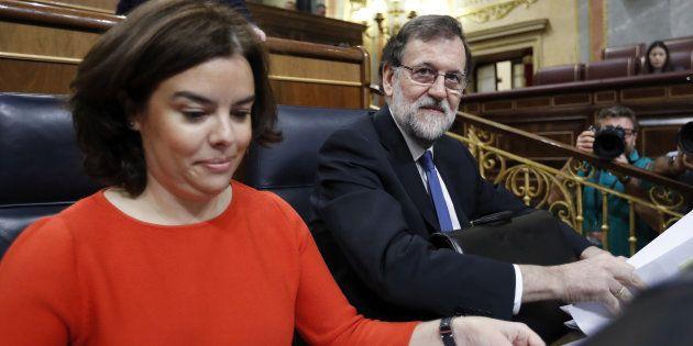 El presidente del Gobierno, Mariano Rajoy, y la vicepresidenta, Soraya Sáenz de Santamaría, toman asiento...