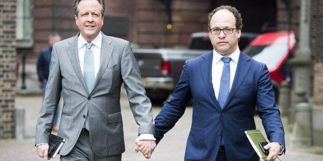 El líder neerlandés del partido de los Demócratas 66 (D66), Alexander Pechtold (I), y el especialista...