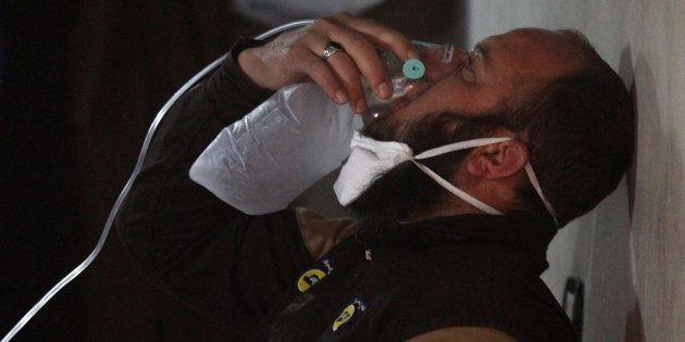 Un miembro de los Cascos Blancos de rescate trata de reponerse del ataque con supuestas armas químicas...