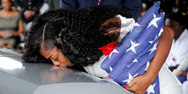 La viuda del soldado muerto en Níger da un beso al
