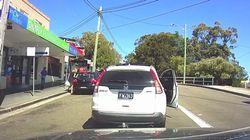 Perplejidad por lo que hace el conductor de este coche en una disputa de