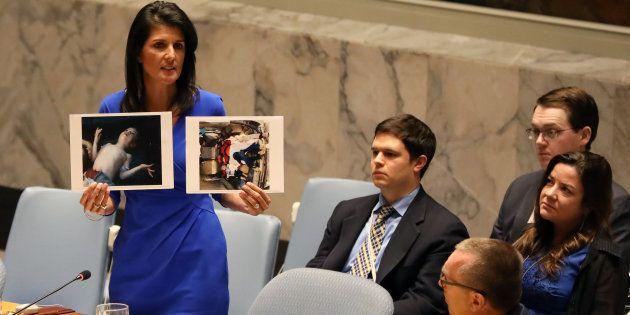 Nikki Haley, la embajadora de EEUU ante la ONU, muestra a los miembros del Consejo de Seguridad fotos...