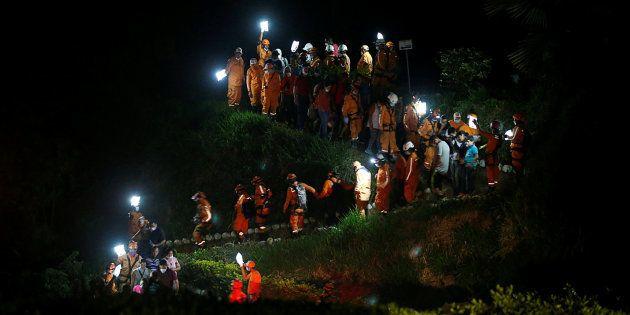 Miembros de los equipos de rescate, durante el entierro de un compañero que trabajaba en las labores...