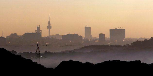 Vista de la contaminación de Madrid a primeras horas de la mañana desde el municipio vecino de Pozuelo,...