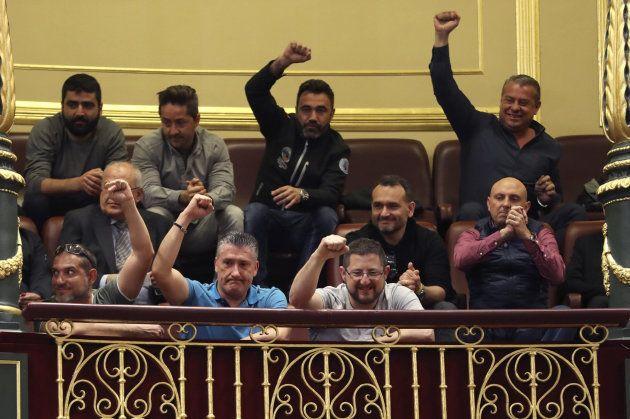 Un grupo de estibadores asistieron a la sesión del Congreso en la que se rechazó el decreto de la estiba...