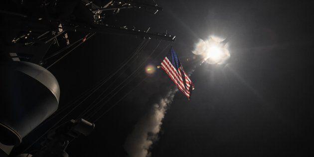 Momento en el que un misil Tomahawk es lanzado desde un barco en el Mediterráneo hasta la base siria,...