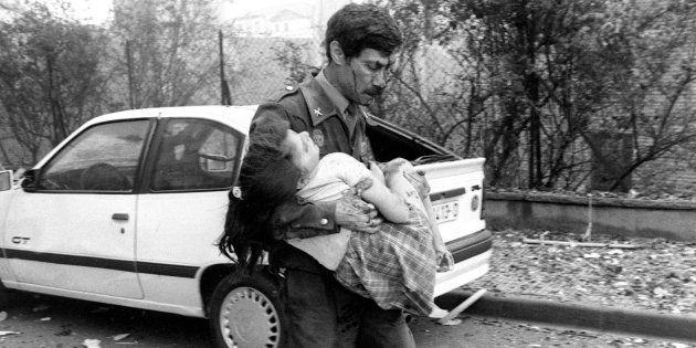 El guardia civil José Gálvez, rescatando a una de las niñas heridas en el atentado de Vic (Barcelona),...