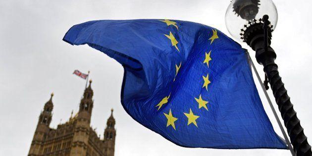 La bandera de la Unión Europea ondea a las puertas del Parlamento británico en