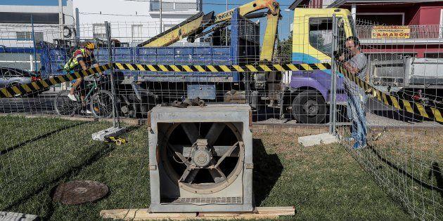 Extractor instalado por operarios del Ayuntamiento de Coria del Río (Sevilla) conectado a la boca de...
