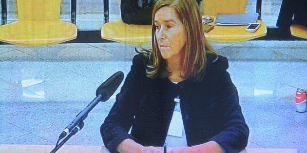 Vista de la declaración de la exministra de Sanidad Ana Mato a través de un monitor de la sala de prensa...