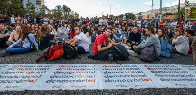 Estudiantes y trabajadores de la Universidad de Barcelona cortan la avenida Diagonal el 17 de