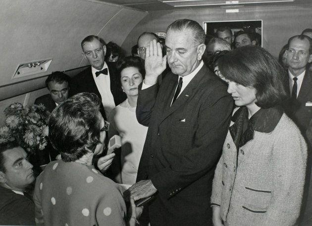 El vicepresidente Johnson jura el cargo de presidente junto a Jackie