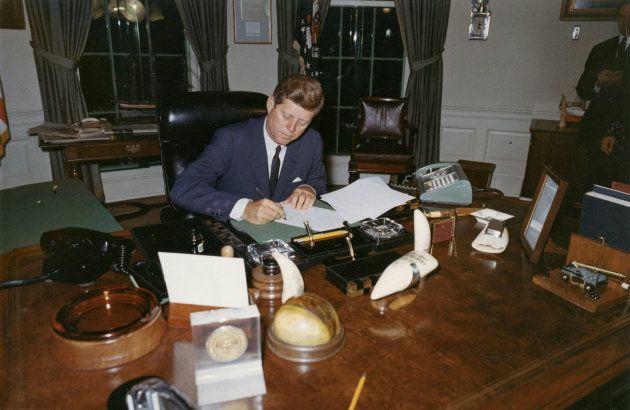Imagen de archivo de Kennedy en su despacho en la Casa