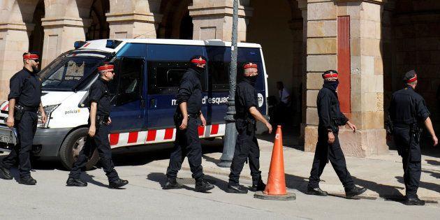 La Policía intenta impedir que los Mossos quemen documentos en una
