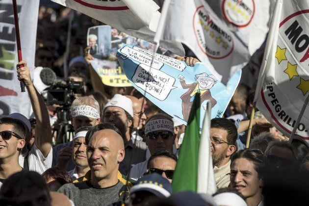 Partidarios del Movimiento Cinco Estrellas (M5S) protestan contra la nueva ley en