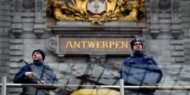 Una pareja de policías vigila el exterior de la estación central de trenes de Amberes