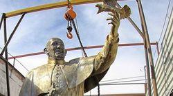Un papa Francisco de cuatro metros vigila la frontera entre México y