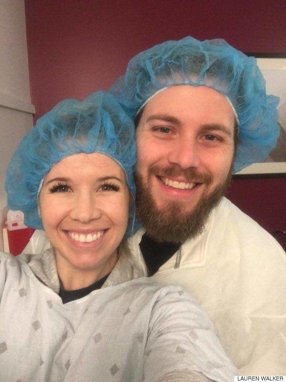 Esta pareja anuncia su embarazo con un homenaje a sus problemas de