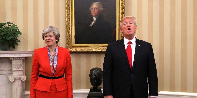La primera ministra de Reino Unido, Theresa May, y el presidente de EEUU, Donald Trump, reunidos en la...