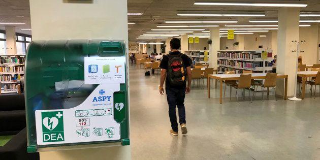 Desfibrilador en la entrada de la biblioteca de la escuela de la Universitat Politècnica de Catalunya...