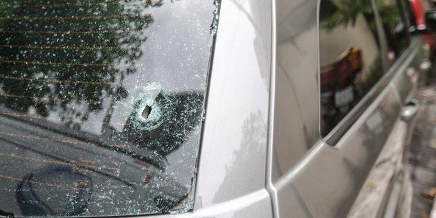 Detalle de uno de los dos tiros que impactaron en el coche de la turista y su