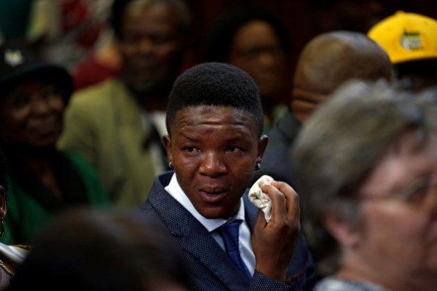 Victor Mlotshwa, el joven víctima del ataque, llora tras conocer la sentencia condenatoria contra sus