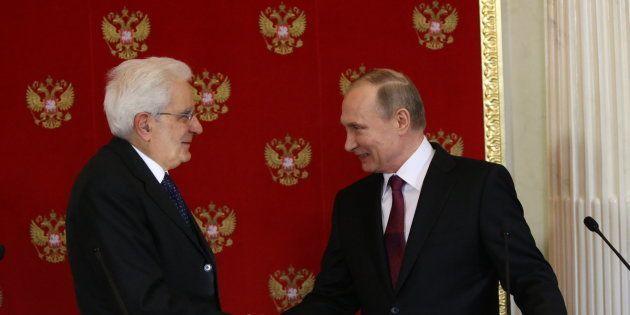 Moscú, Rusia - 11 de abril- El presidente ruso, Vladimir Putin saluda al presidente de Italia Sergio...